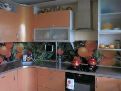 Оранжевая кухня на 9 кв.м.