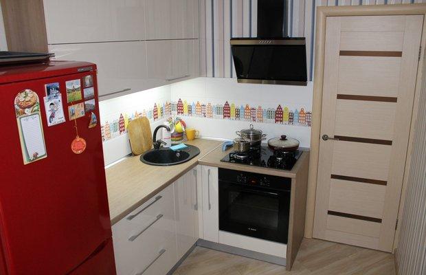 Бежевая кухня с красным холодильником