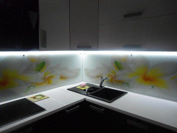 Черно-белая глянцевая кухня на 13 кв.м. с эркером
