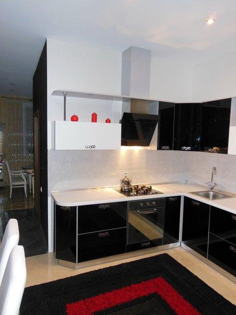 Черно-белая кухня с фасадами из стекла