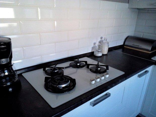 Белая кухня с фасадами из массива ясеня