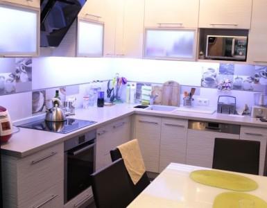 Гостеприимная кухня в черно-белой гамме
