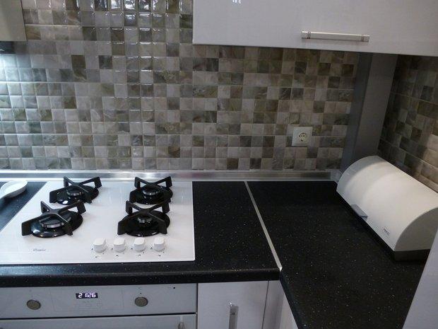 Белая глянцевая кухня с крашенными фасадами