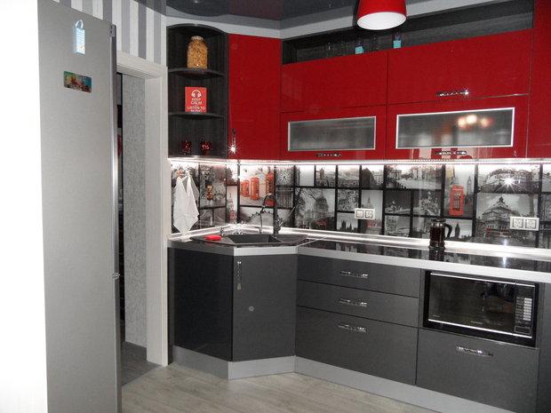 Красно-серая кухня из пластика