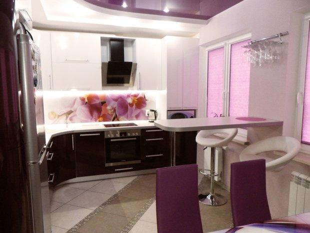 фиолетовый потолок на кухне