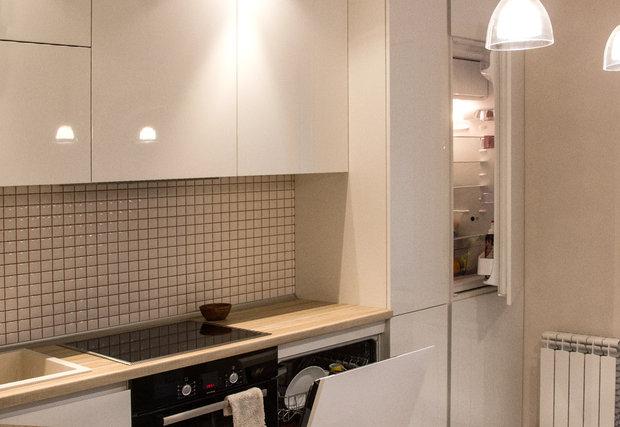 Белая кухня без ручек в скандинавском стиле