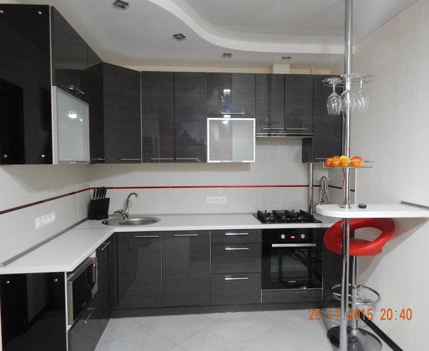 серый кухонный гарнитур