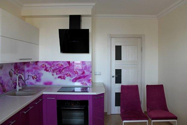 Яркая бело-фиолетовая кухня