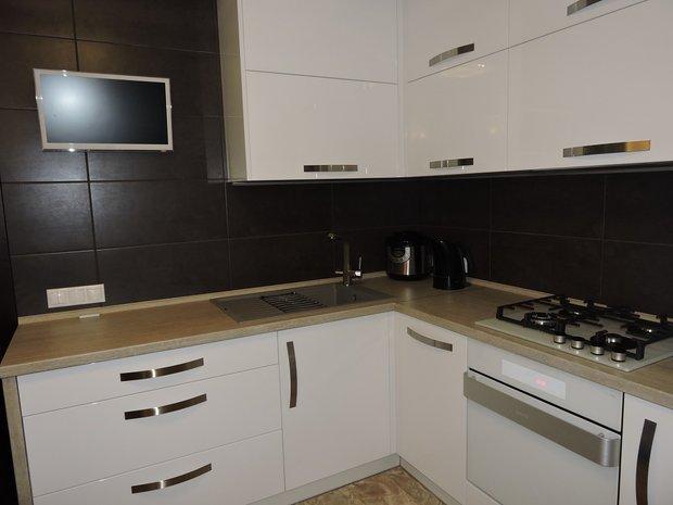 Белая глянцевая кухня в скандинавском стиле