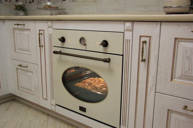 Белая классическая кухня из массива