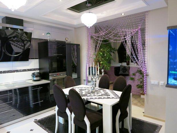 Черно-белая глянцевая кухня с аквариумом