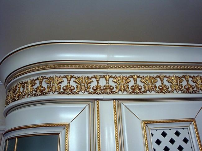 Дизайн угловой классической кухни с позолотой в Одинцово