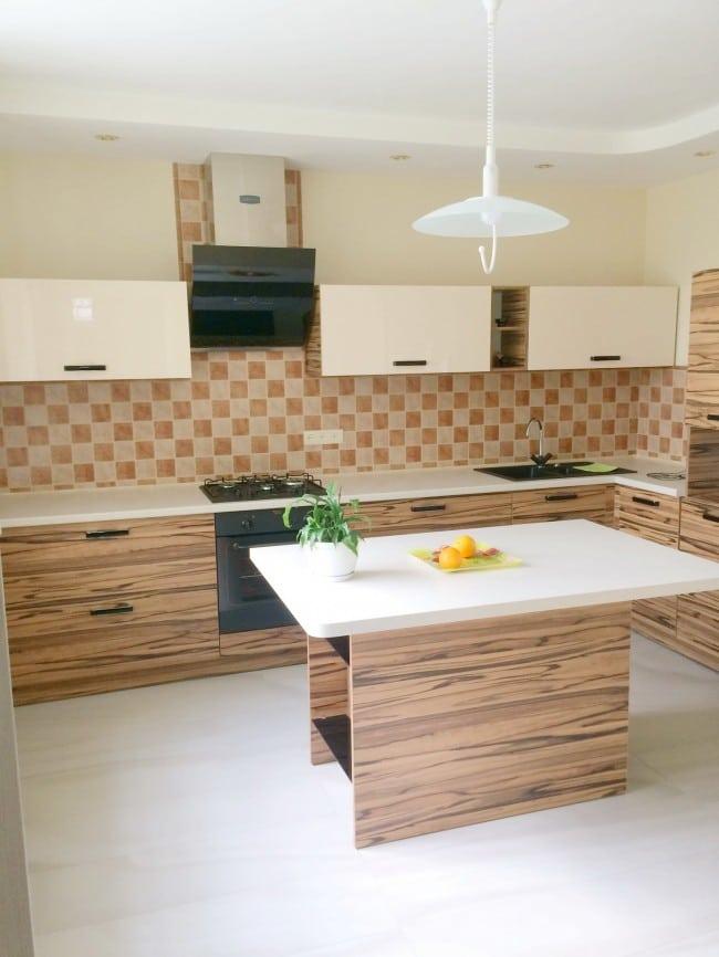 Угловая кухня с островом и фасадами с текстурой дерева