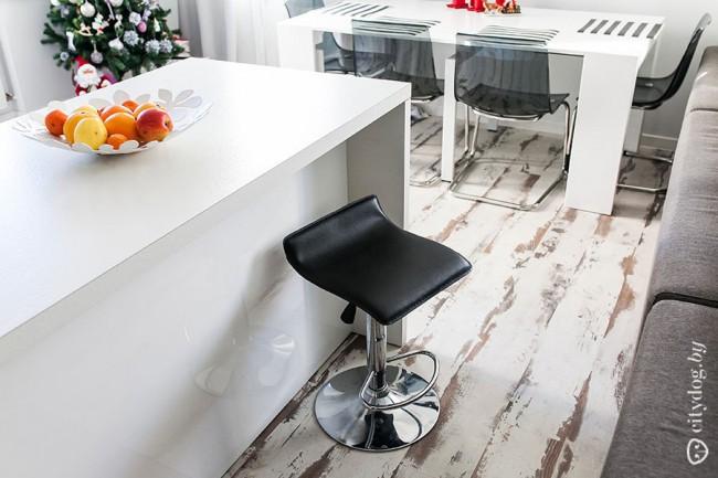 Напольная доска с коричневыми прожилками в минималистичной кухне-гостиной