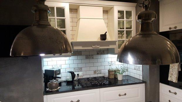 Белая кухня в стиле кантри для загородного дома