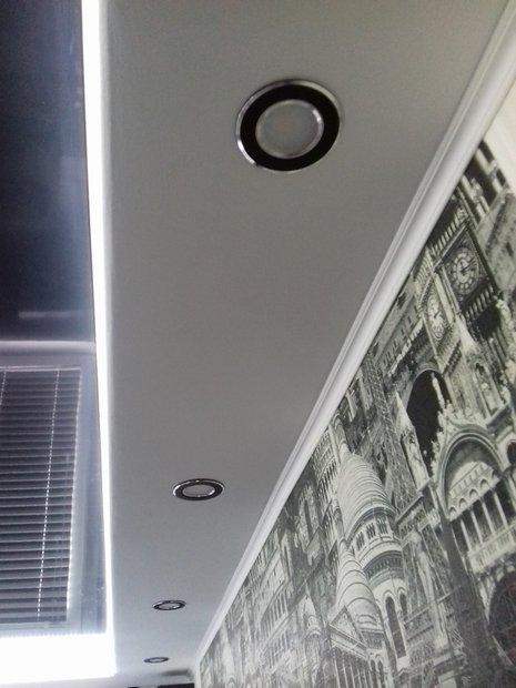 Черно-белая кухня на 9 кв.м.