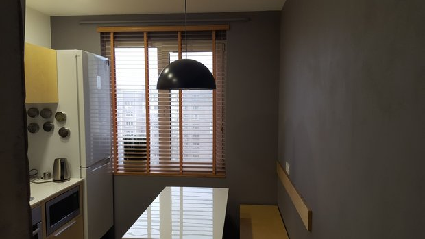 серые стены кухня