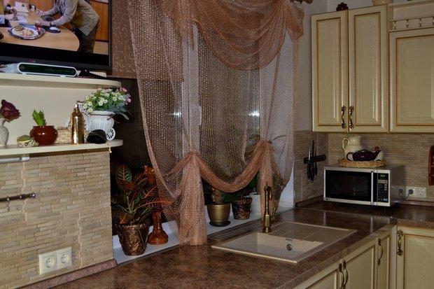 Угловая кухня с патинированными фасадами