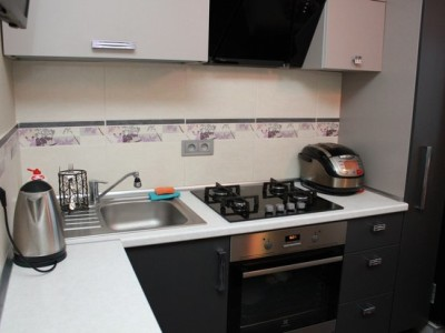Серо-белая угловая кухня на 7 кв.м.