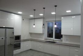 Белая акриловая кухня в частном доме