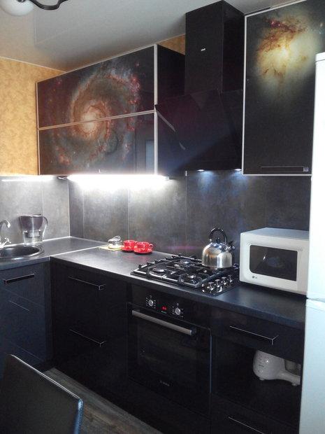 Черная кухня с фотопечатью галактики на фасадах