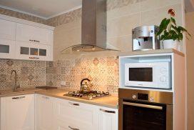 Белая деревянная кухня в частном доме