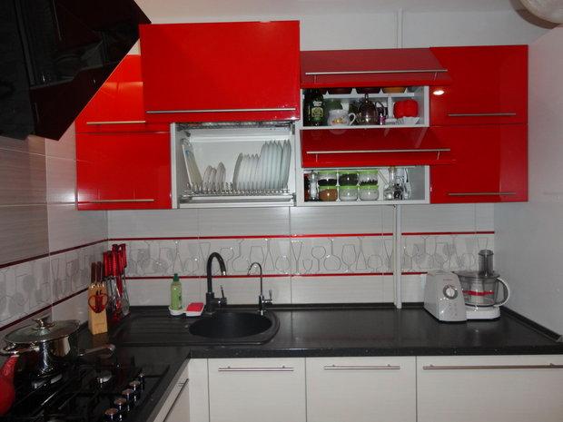 Красно-белая кухня в стиле модерн