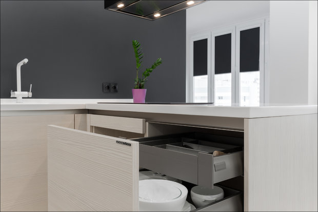 Кухня с полуостровом, без ручек и верхних шкафов
