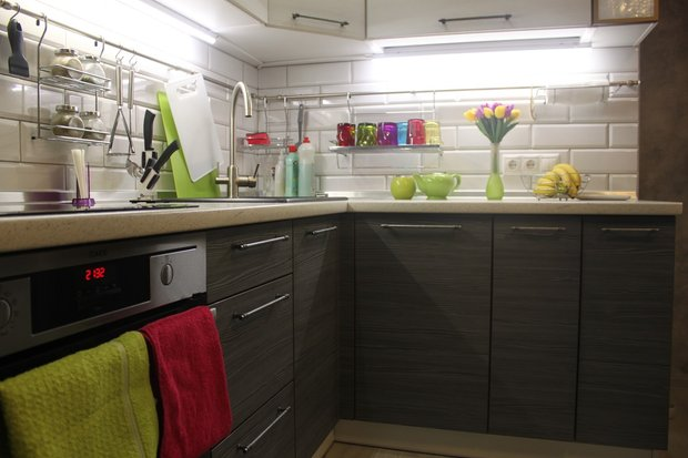 Кухня в стиле фьюжн с фасадами из пластика