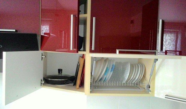Красно-белая кухня из пластика