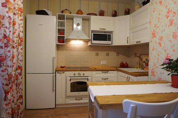 Белая классическая кухня с вент.коробом