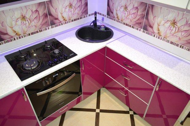 кухня цвета фуксия