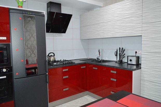 белая и вишневая кухня