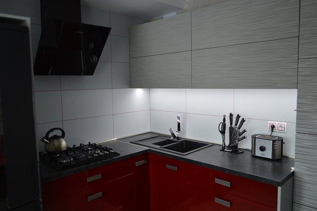 Вишнево-серая кухня с 3D фасадами