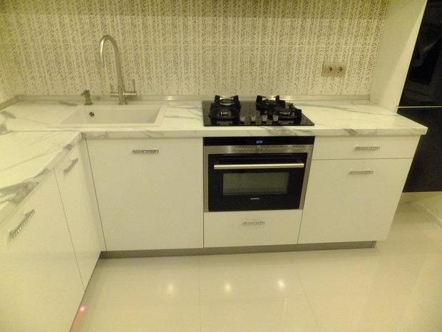 белый пол в кухне