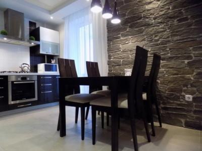 Черно-белая кухня. объединенная с коридором