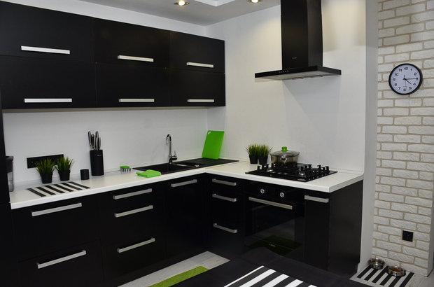 Черная угловая кухня с фасадами из пластика