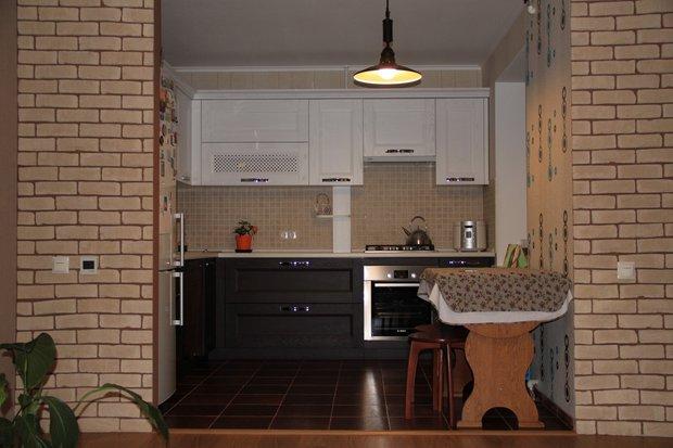 Черно-белая кухня, совмещенная с гостиной