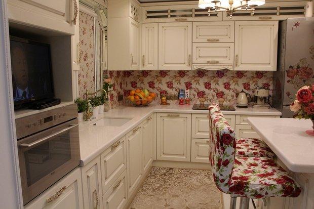 розы на кухонном фартуке