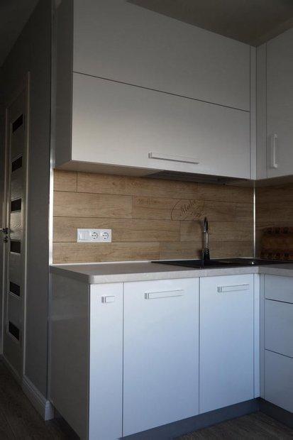 Белая кухня с фасадами из пластика