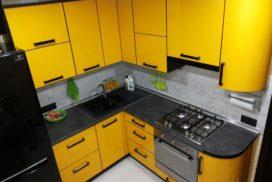 Желтая кухня из пластика в хрущевке