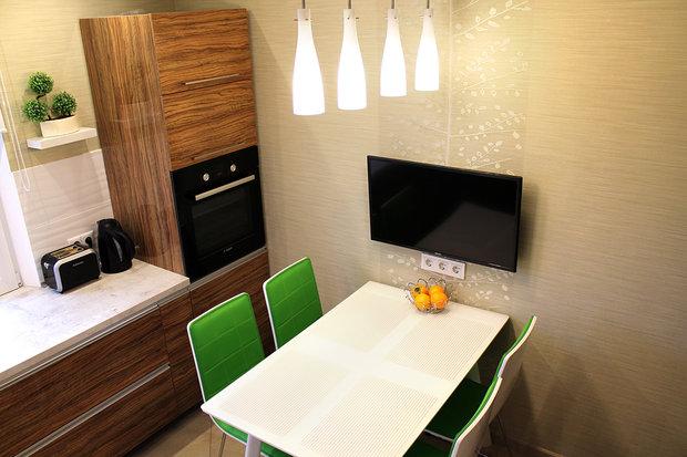Кухня в стиле модерн с рабочей зоной у окна
