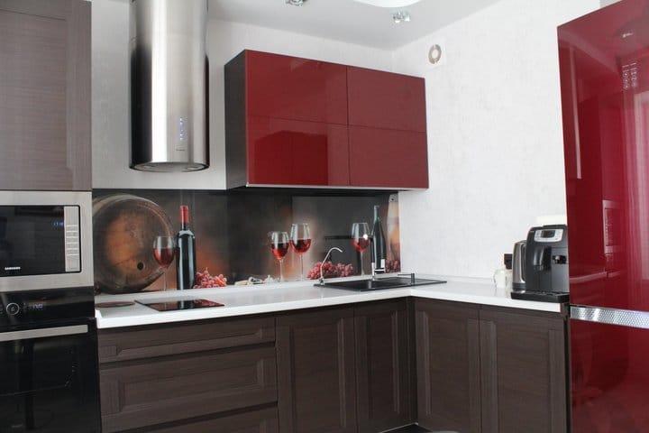 Кухня винного цвета для холостяка