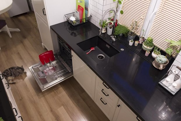 Белая П-образная кухня с небольшим островом