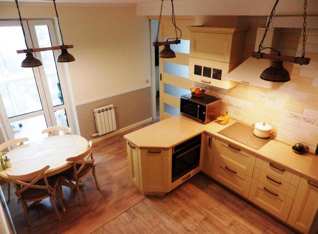 Кухня из массива ясеня с духовкой в барной стойке