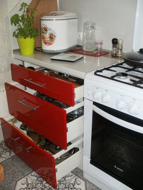 Красно-белая кухня с фасадами из пластика