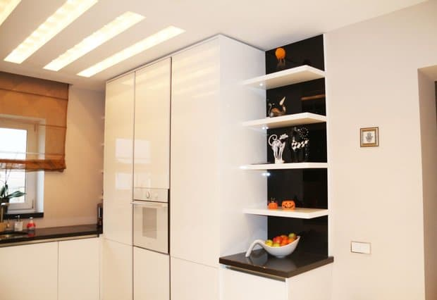 Белая глянцевая кухня-столовая с барной стойкой