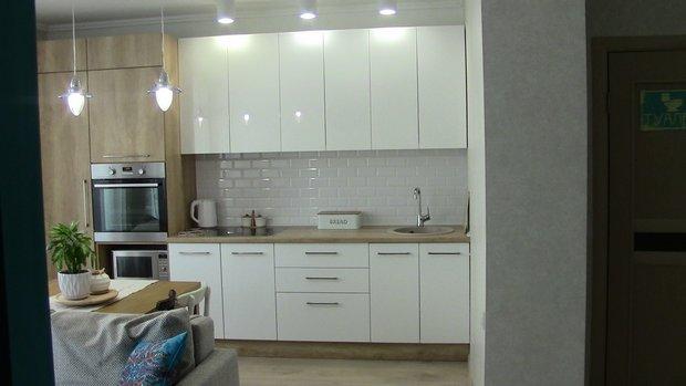 """Белая кухня с фасадами ДСП """"Дуб Шервуд"""" и МДФ эмаль """"Белый глянец"""""""