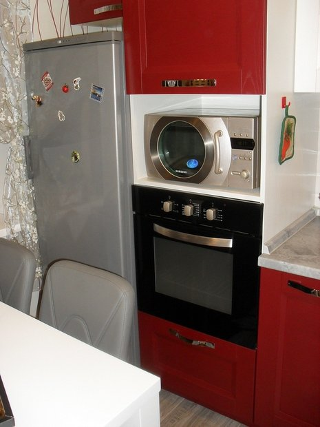 Оригинальная красно-белая кухня на 13 кв.м.