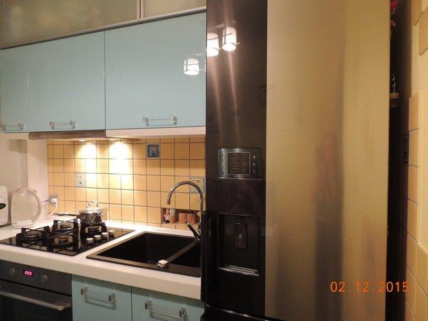 """Синяя кухня с крашенными фасадами в """"хрущевке"""""""